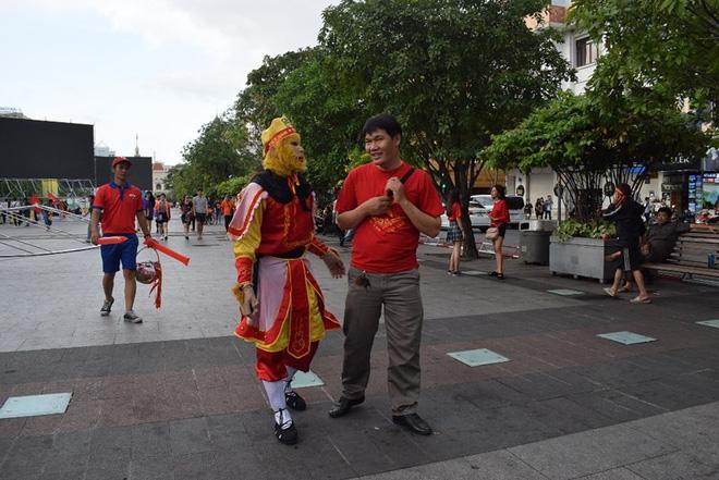 Tôn Ngộ Không đại náo phố đi bộ Nguyễn Huệ trước giờ bóng lăn - Ảnh 3.