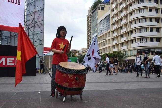 Tôn Ngộ Không đại náo phố đi bộ Nguyễn Huệ trước giờ bóng lăn - Ảnh 6.