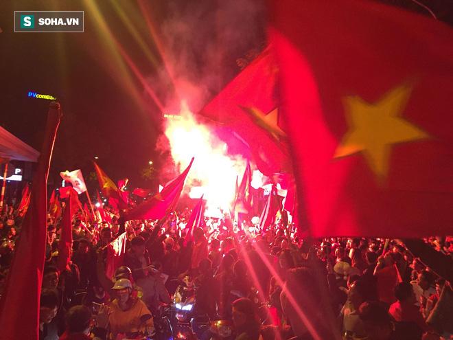 Fan Việt nhuộm đỏ các cung đường, ôm bình ga ra gõ ăn mừng - Ảnh 1.