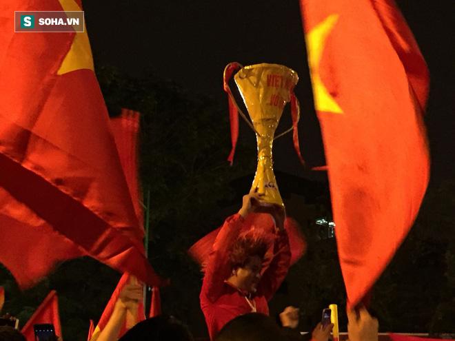 Fan Việt nhuộm đỏ các cung đường, ôm bình ga ra gõ ăn mừng - Ảnh 2.