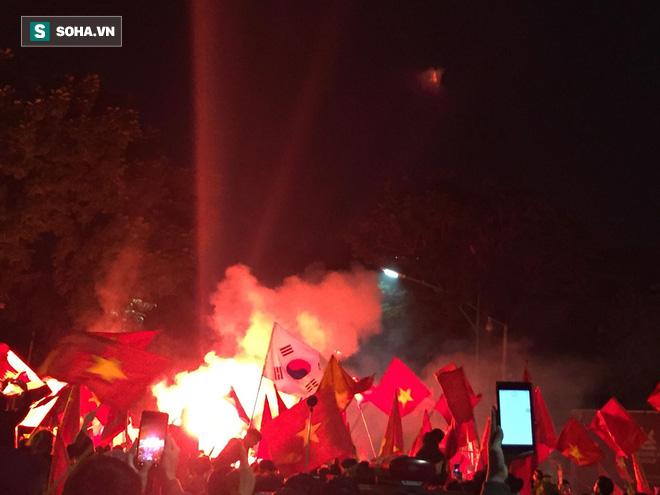 Fan Việt nhuộm đỏ các cung đường, ôm bình ga ra gõ ăn mừng - Ảnh 3.
