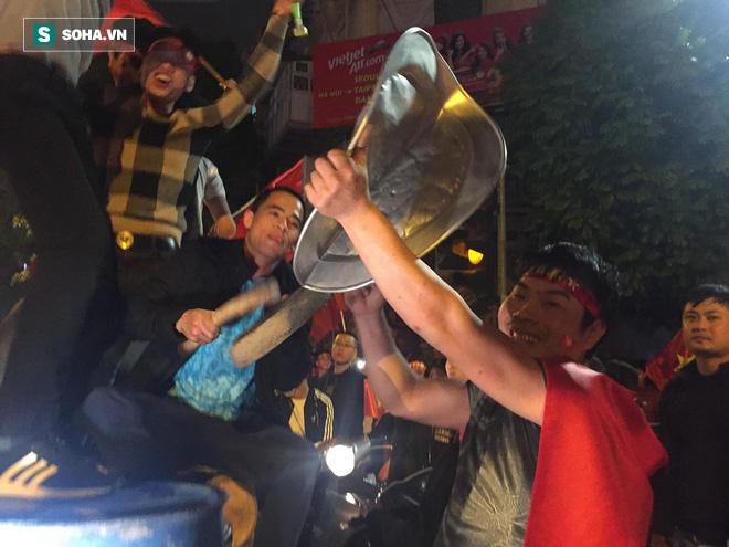 Fan Việt nhuộm đỏ các cung đường, ôm bình ga ra gõ ăn mừng - Ảnh 4.