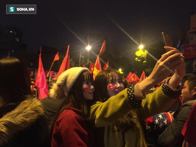 Fan Việt nhuộm đỏ các cung đường, ôm bình ga ra gõ ăn mừng - Ảnh 5.