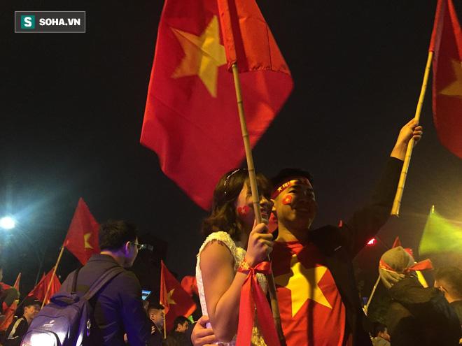Fan Việt nhuộm đỏ các cung đường, ôm bình ga ra gõ ăn mừng - Ảnh 6.