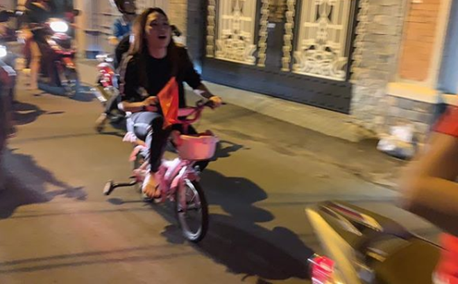 Mỹ Tâm cực đáng yêu chạy 'siêu xe' đi bão ăn mừng đội tuyển Việt Nam vô địch AFF Cup 2018