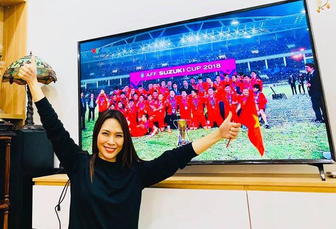 Mỹ Tâm cực đáng yêu chạy siêu xe đi bão ăn mừng đội tuyển Việt Nam vô địch AFF Cup 2018 - Ảnh 1.