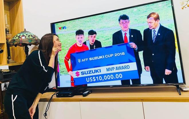 Mỹ Tâm cực đáng yêu chạy siêu xe đi bão ăn mừng đội tuyển Việt Nam vô địch AFF Cup 2018 - Ảnh 2.