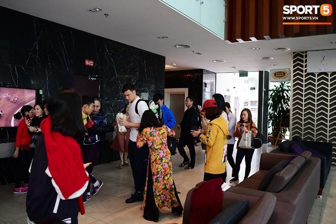 Văn Lâm, Xuân Trường bị fan vây chặt trên đường rời khách sạn về nhà - Ảnh 1.