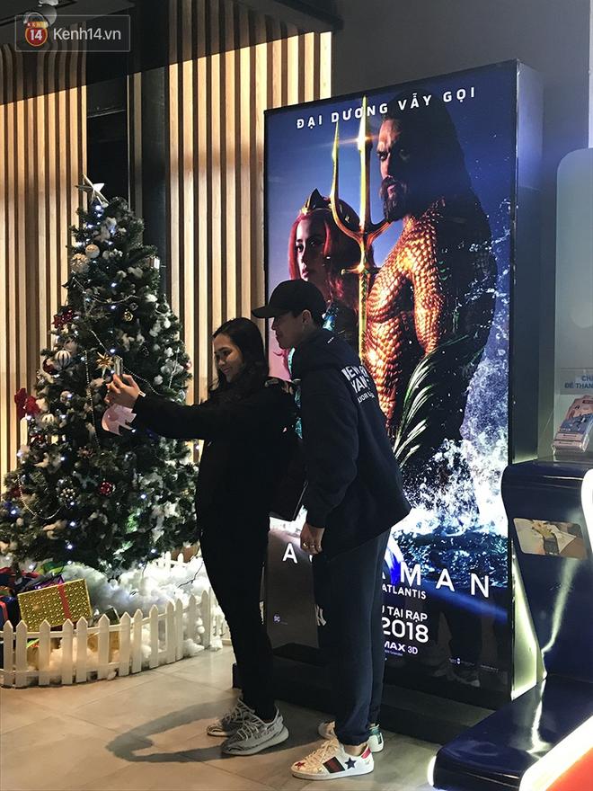 Bắt gặp Duy Mạnh tay trong tay đi xem phim với bạn gái sau khi lên ngôi vô địch AFF Cup - Ảnh 2.