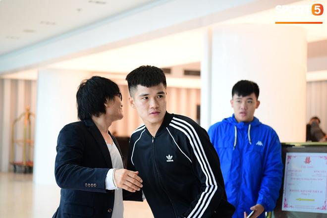 Văn Lâm, Xuân Trường bị fan vây chặt trên đường rời khách sạn về nhà - Ảnh 11.