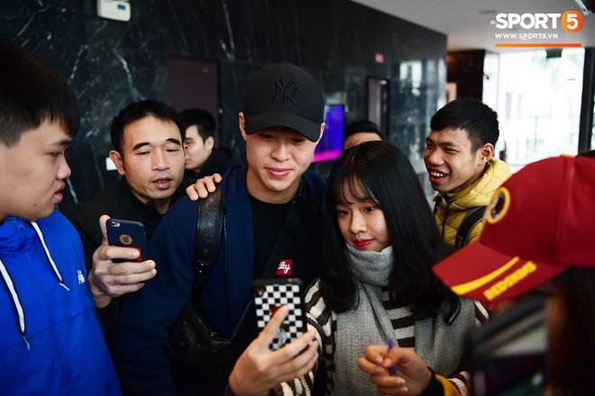 Văn Lâm, Xuân Trường bị fan vây chặt trên đường rời khách sạn về nhà - Ảnh 2.