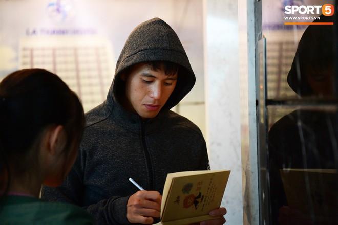 Văn Lâm, Xuân Trường bị fan vây chặt trên đường rời khách sạn về nhà - Ảnh 3.