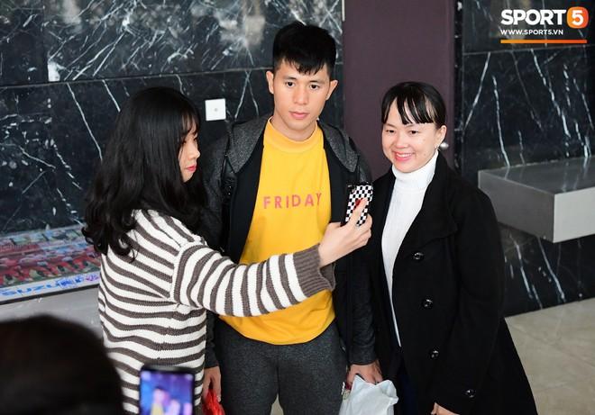 Văn Lâm, Xuân Trường bị fan vây chặt trên đường rời khách sạn về nhà - Ảnh 4.