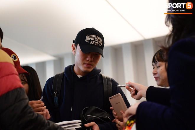 Văn Lâm, Xuân Trường bị fan vây chặt trên đường rời khách sạn về nhà - Ảnh 5.