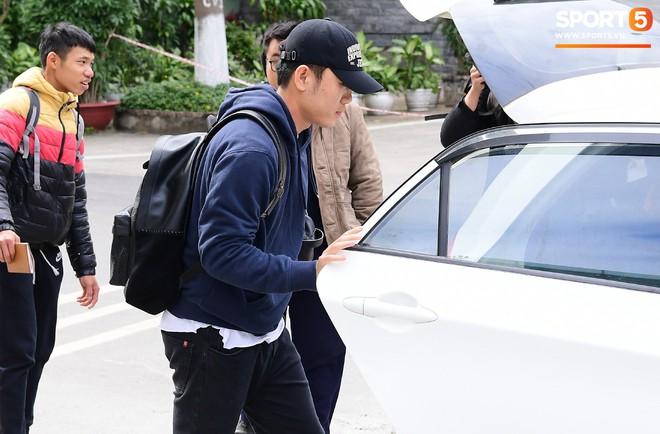 Văn Lâm, Xuân Trường bị fan vây chặt trên đường rời khách sạn về nhà - Ảnh 6.