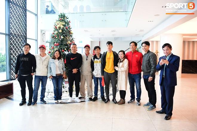 Văn Lâm, Xuân Trường bị fan vây chặt trên đường rời khách sạn về nhà - Ảnh 9.
