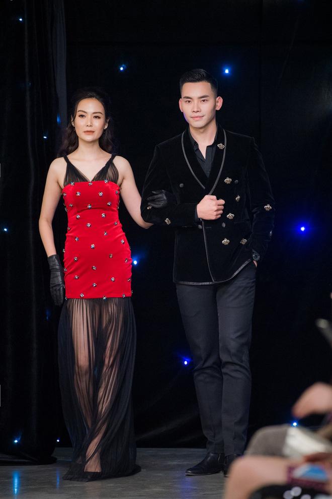 Vợ Tuấn Hưng - Hương Baby diện đầm sexy, cười rạng rỡ - Ảnh 5.
