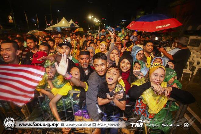 Thất bại trước Việt Nam, đội tuyển Malaysia vẫn được chào đón như những người hùng khi về nước - Ảnh 7.