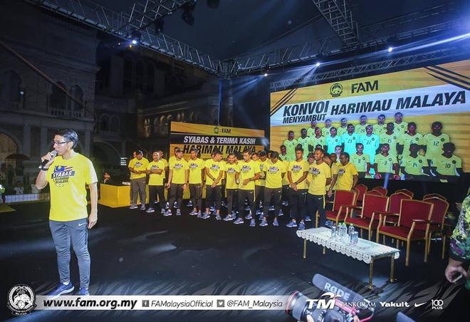 Thất bại trước Việt Nam, đội tuyển Malaysia vẫn được chào đón như những người hùng khi về nước - Ảnh 9.
