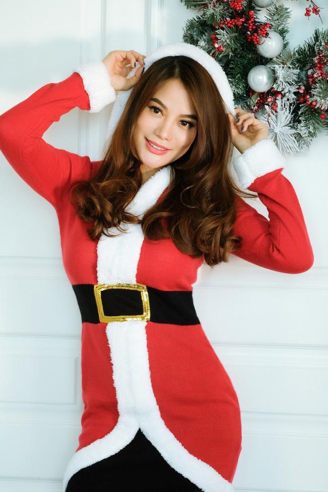 Trương Ngọc Ánh khoe vai trần, chân thon trong bộ hình Giáng sinh cùng con gái - Ảnh 2.