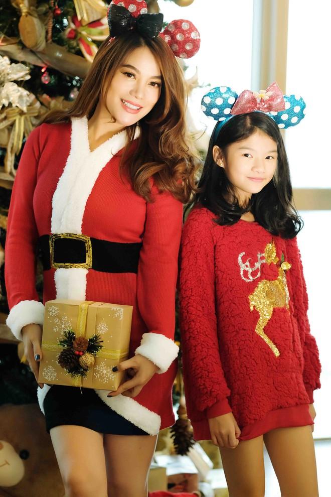 Trương Ngọc Ánh khoe vai trần, chân thon trong bộ hình Giáng sinh cùng con gái - Ảnh 1.