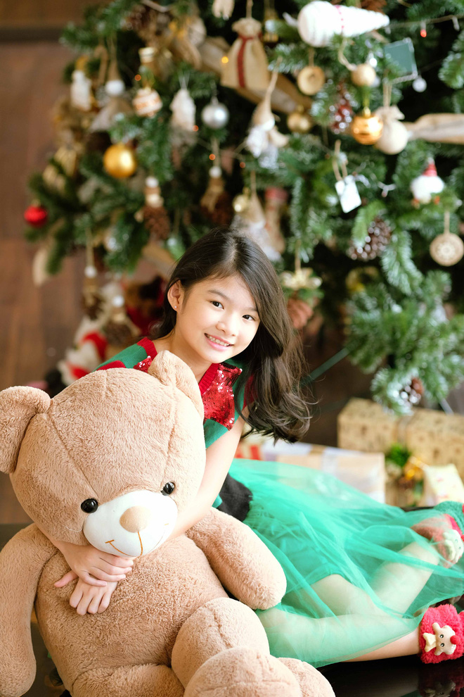 Trương Ngọc Ánh khoe vai trần, chân thon trong bộ hình Giáng sinh cùng con gái - Ảnh 9.