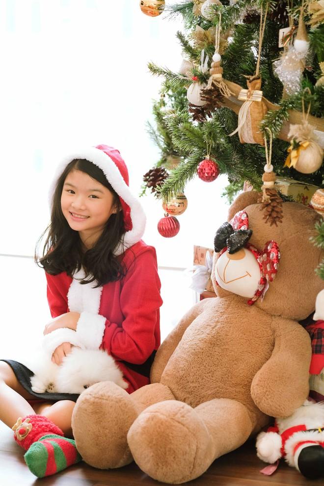 Trương Ngọc Ánh khoe vai trần, chân thon trong bộ hình Giáng sinh cùng con gái - Ảnh 8.