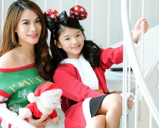 Trương Ngọc Ánh khoe vai trần, chân thon trong bộ hình Giáng sinh cùng con gái - Ảnh 10.