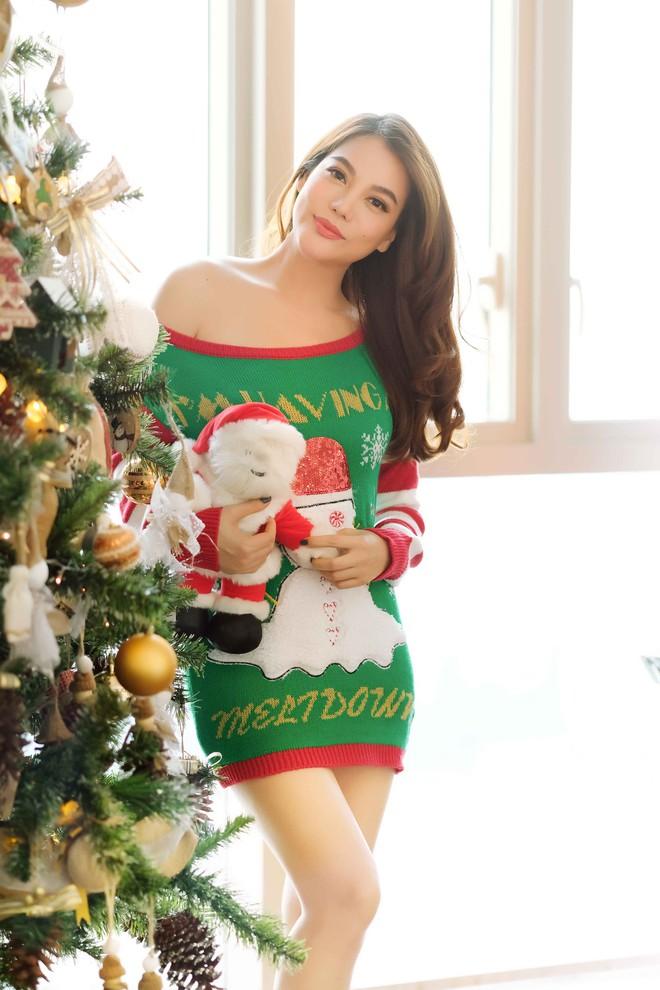 Trương Ngọc Ánh khoe vai trần, chân thon trong bộ hình Giáng sinh cùng con gái - Ảnh 5.