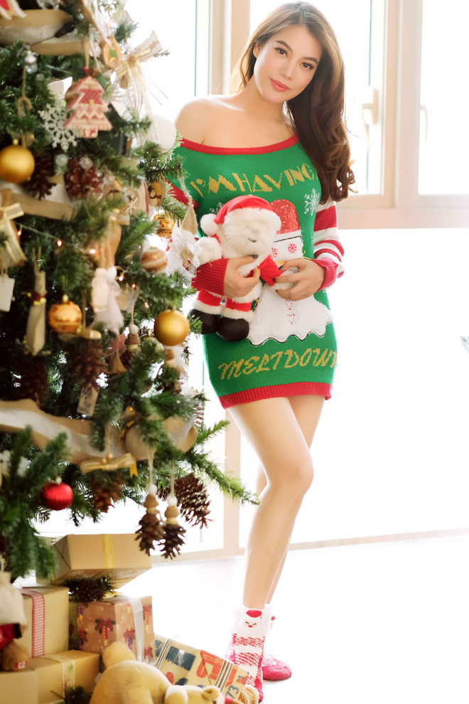 Trương Ngọc Ánh khoe vai trần, chân thon trong bộ hình Giáng sinh cùng con gái - Ảnh 4.