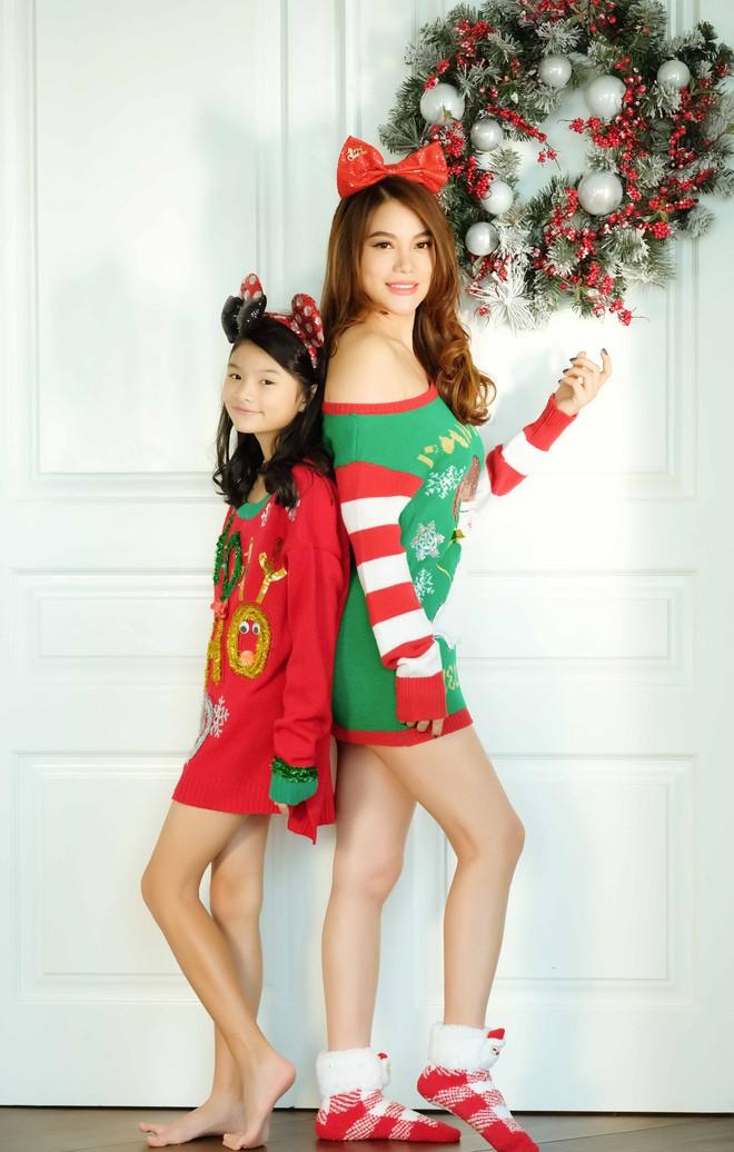 Trương Ngọc Ánh khoe vai trần, chân thon trong bộ hình Giáng sinh cùng con gái - Ảnh 6.