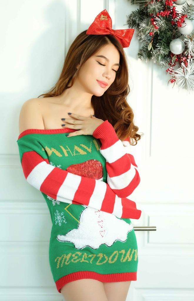 Trương Ngọc Ánh khoe vai trần, chân thon trong bộ hình Giáng sinh cùng con gái - Ảnh 3.