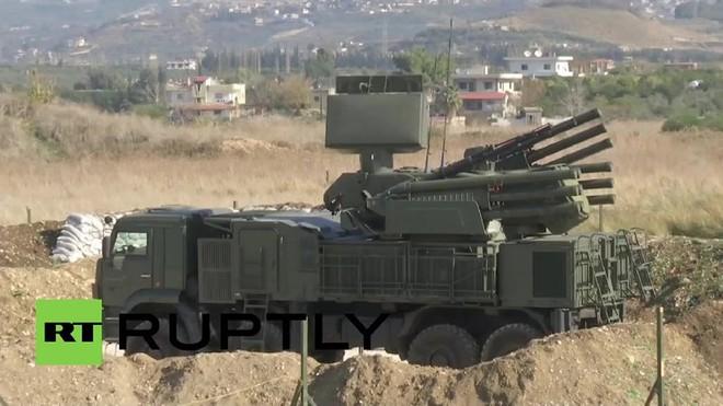 Tổ hợp Pantsir-S1 Nga trốn trong cát ở Syria, quất đường đạn thẳng căng hạ máy bay địch - Ảnh 5.