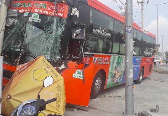 Tai nạn liên hoàn giữa 3 ô tô, xe khách Phương Trang tông gãy cột điện trước cửa quán ăn - Ảnh 2.