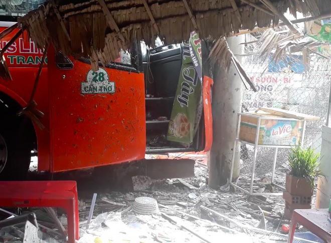 Tai nạn liên hoàn giữa 3 ô tô, xe khách Phương Trang tông gãy cột điện trước cửa quán ăn - Ảnh 3.