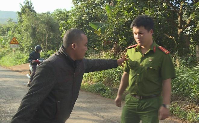 Nam thanh niên đấm vào đầu một cán bộ CSGT sau khi vi phạm giao thông