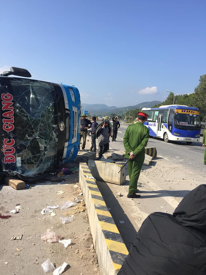 Ô tô mất lái tông vào dải phân cách, hành khách chui qua cửa kính thoát thân  - Ảnh 1.