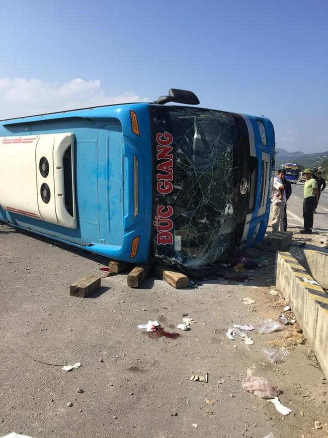 Ô tô mất lái tông vào dải phân cách, hành khách chui qua cửa kính thoát thân  - Ảnh 2.