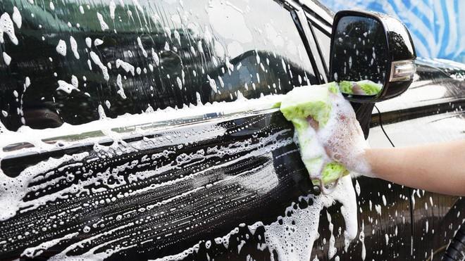 Những lưu ý khi tự mình rửa xe ô tô tại nhà - Ảnh 2.