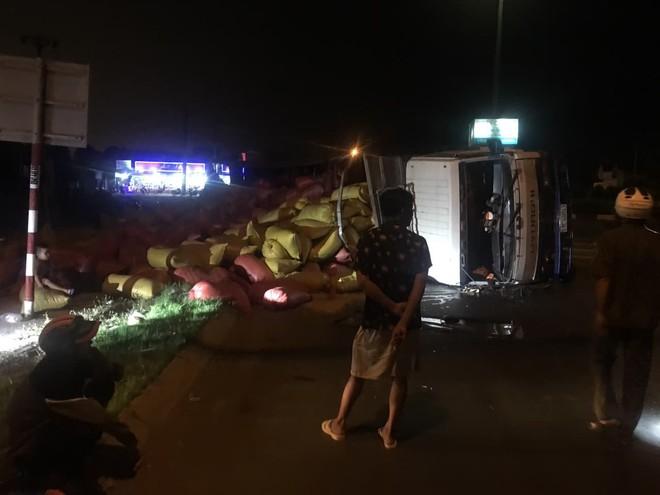 Xe tải chở 30 tấn lúa lật ngang, 2 người bị thương - Ảnh 1.