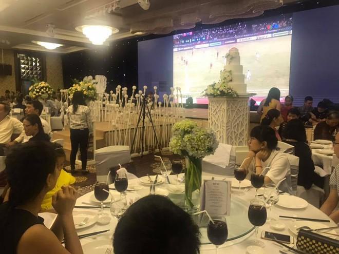 Đám cưới cực chất, màn hình lớn mở bóng đá, Việt Nam ghi bàn cả hôn trường ăn mừng - Ảnh 2.