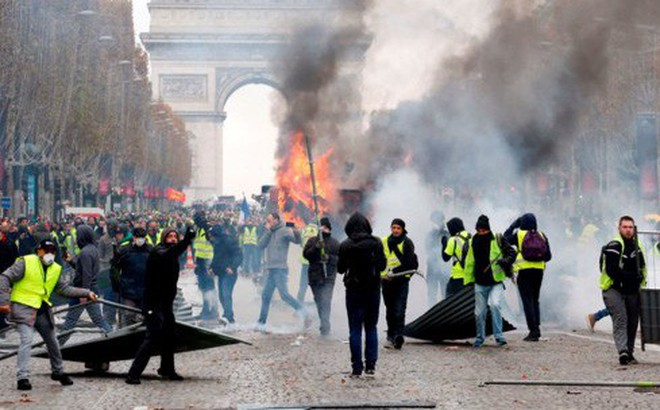 """Paris thành """"chiến trường"""", Pháp có thể áp dụng tình trạng khẩn cấp"""