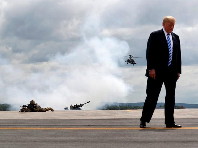 Nhiếp ảnh gia tiết lộ về bí mật đằng sau 17 bức ảnh lạ về Tổng thống Trump - Ảnh 13.