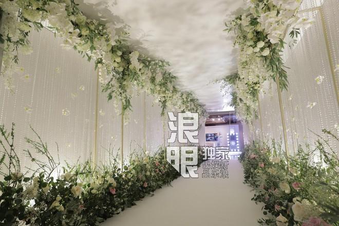 Hé lộ toàn cảnh lễ đường tràn ngập hoa tươi tại khách sạn 5 sao trước giờ G của Chung Hân Đồng - Ảnh 2.