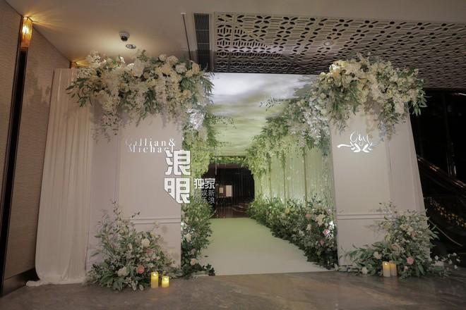 Hé lộ toàn cảnh lễ đường tràn ngập hoa tươi tại khách sạn 5 sao trước giờ G của Chung Hân Đồng - Ảnh 3.