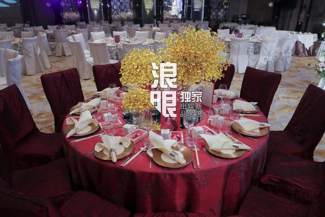 Hé lộ toàn cảnh lễ đường tràn ngập hoa tươi tại khách sạn 5 sao trước giờ G của Chung Hân Đồng - Ảnh 4.