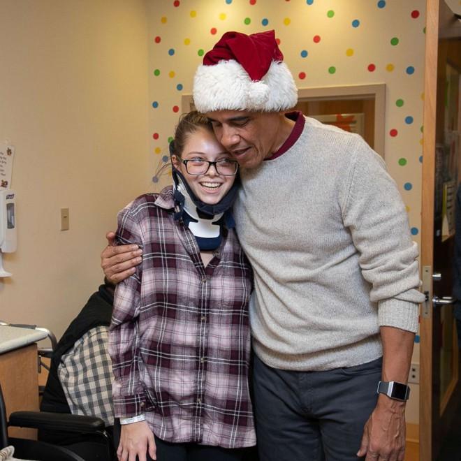 Cựu Tổng thống Obama hoá trang thành ông già Noel đến bệnh viện tặng quà cho các em nhỏ - Ảnh 7.