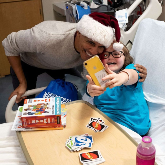 Cựu Tổng thống Obama hoá trang thành ông già Noel đến bệnh viện tặng quà cho các em nhỏ - Ảnh 8.