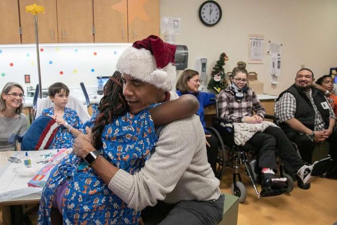 Cựu Tổng thống Obama hoá trang thành ông già Noel đến bệnh viện tặng quà cho các em nhỏ - Ảnh 9.