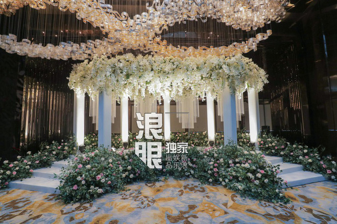 Hé lộ toàn cảnh lễ đường tràn ngập hoa tươi tại khách sạn 5 sao trước giờ G của Chung Hân Đồng - Ảnh 8.